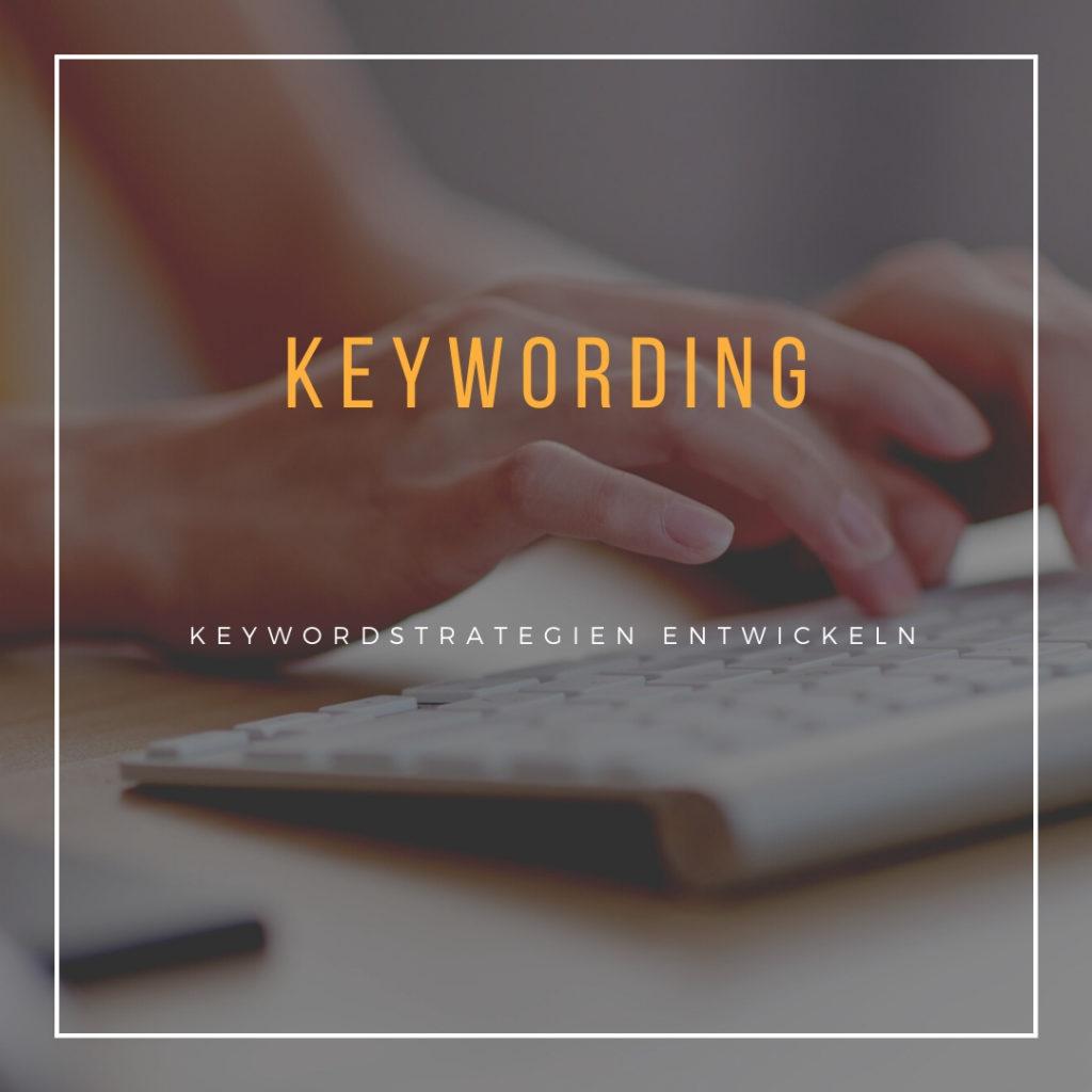 Das Bild zeigt, wie eine Hand auf eine Tastatur tippt. Es steht der Text Keywording darüber